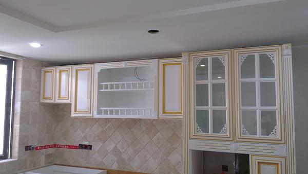 白色实木描金边橱柜,看起来很优雅哦