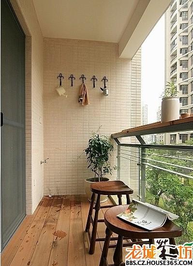 阳台装修效果图; 小阳台采用了防腐木地板,搭配实木凳子显得更田园