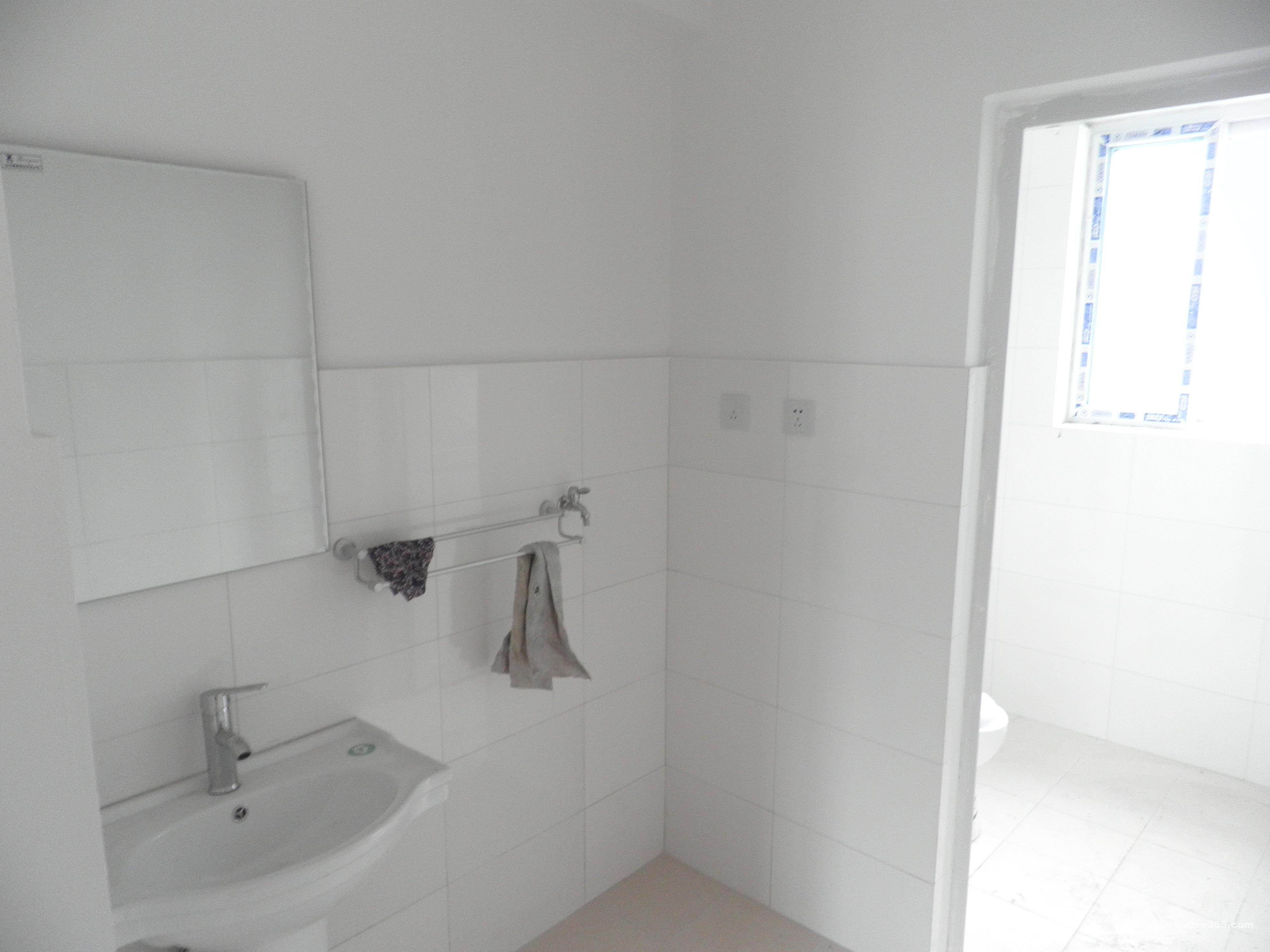新房2012年装修,厨房,卫生间设施齐全.