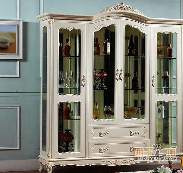 2013家装酒柜效果图一 酒柜的雕花彰显着家具本身所带有高贵气息,整体款式设计大胆新颖,门板用玻璃,更显得宽敞明亮,彰显个性,手感光滑细腻,板式条理清晰,流畅的线条,精美的雕花设计,追求创新,精美的雕花设计高贵典雅,尽显对贵族气质的追求。