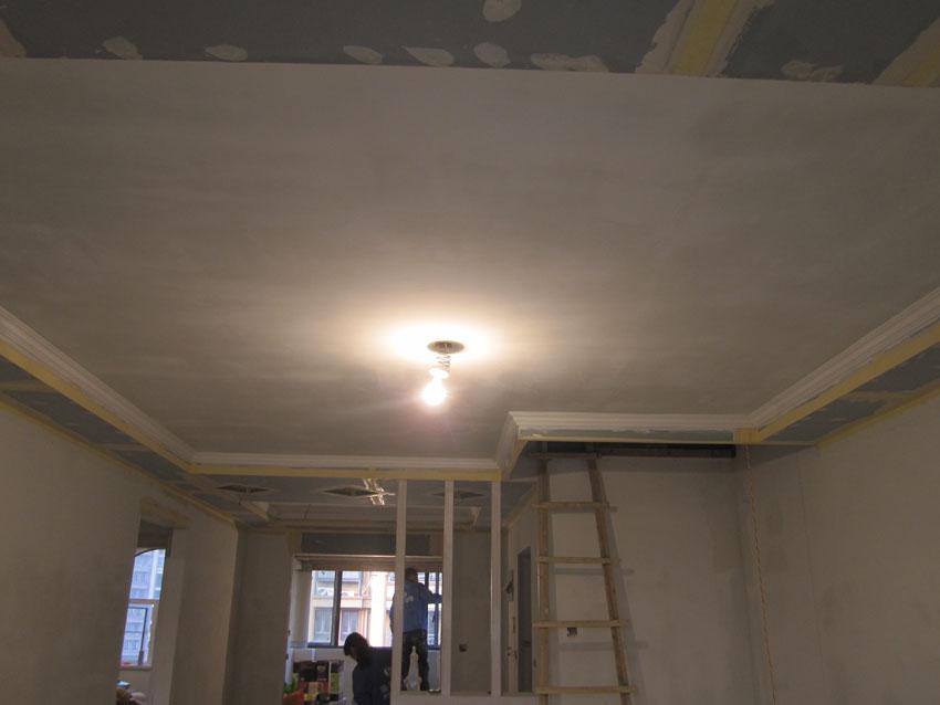 客厅吊顶,厨房那油漆师傅们已经开始施工