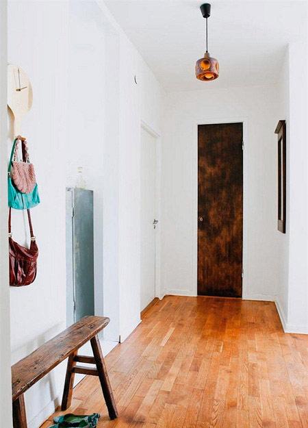 家装客厅玄关效果图:小小的挂钩和钟连成一体,旁边的穿衣镜可以高清图片