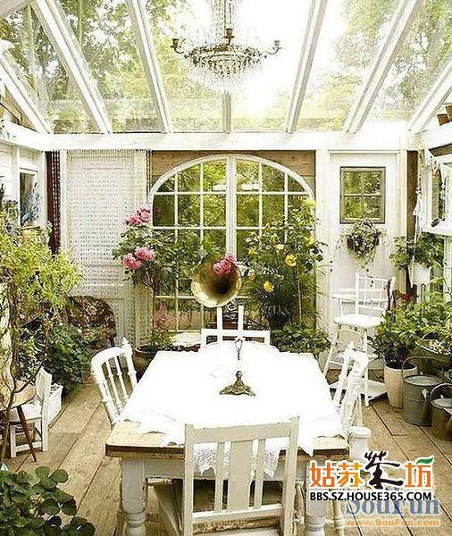 阳台上的花花草草充满活力,简单的大桌子放在中央,可以提供一个简单的休息区域,如果布置得好,还可以变成宜人的小花园,使人足不出户也能欣赏到大自然中最可爱的色彩,呼吸到清新且带着花香的空气。