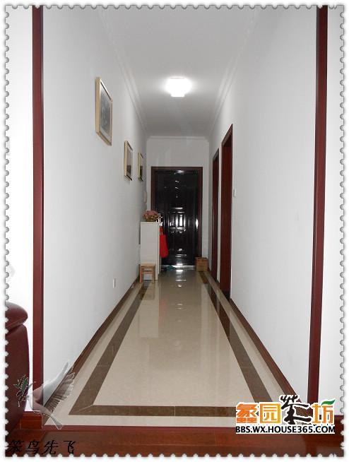 进门过道地砖和走边反差强烈给人一种醒目抢眼的感觉