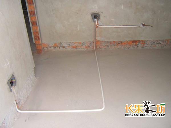 水电预埋安装知识 4.配电箱、接线盒预埋必须在土建粉刷厚度标准定好后进行,横平竖直,外边与粉刷面齐平,这样可以保证面板安装时紧扣墙面。为了使标高误差在允许范围内,在找准第一口接线盒标高后,其他接线盒用尼龙水平管来控制。 5.防雷接地一般采用基础钢筋和柱头钢筋,搭接长度和焊接长度应符合规定要求。但应注意基础外留有不少于两个用cbl2镀锌圆钢或∠40×4镀锌扁铁作备用接地,若测试接地电阻值达不到要求,备用接地可作补充。